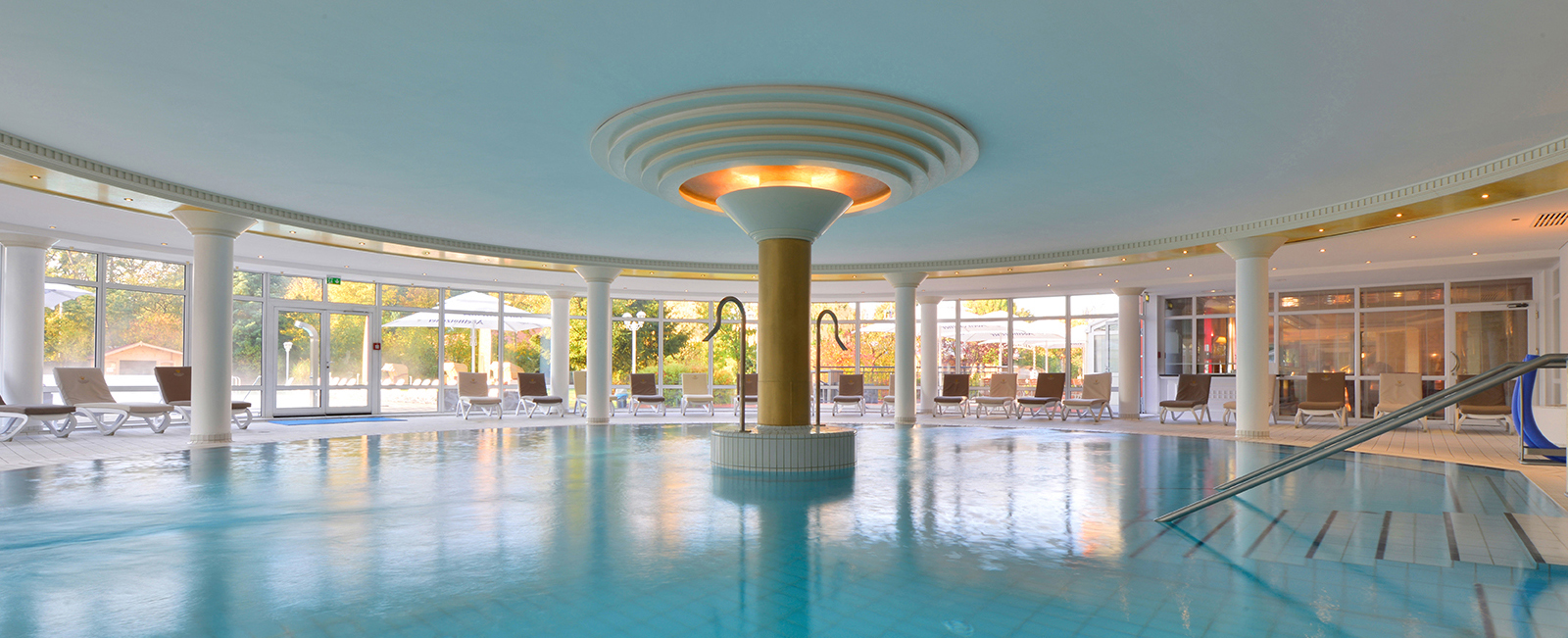 Großzügiges Wellnessangebot mit großem Pool im The Monarch Hotel Bad Gögging